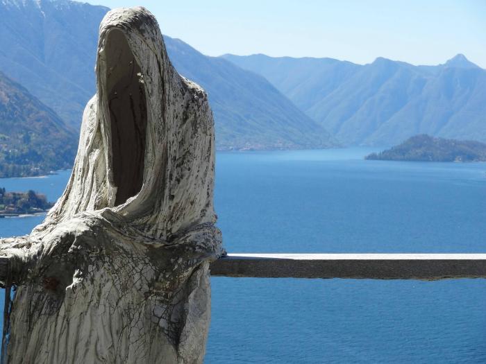 Ужасная статуя на озере Комо в Италии.