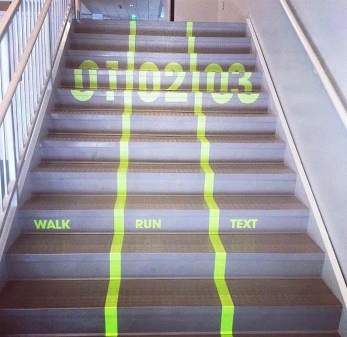 Лестница, разделенная на полосы.