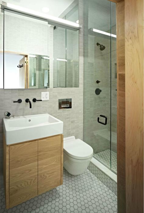 Навесная мебель и сантехника в небольшой ванне.