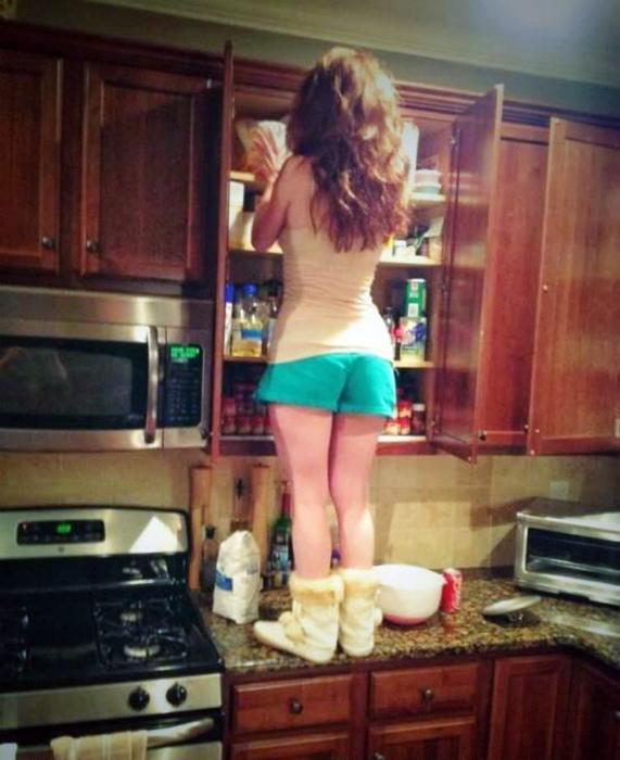 Низкорослая девушка и верхние шкафчики.