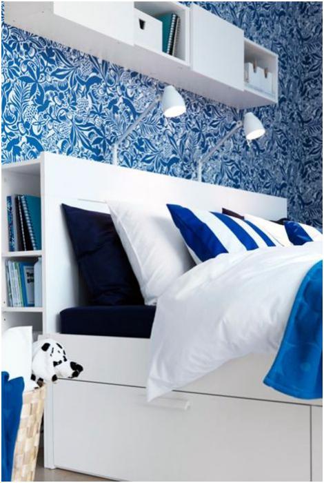 Изголовье кровати со встроенными полочками.