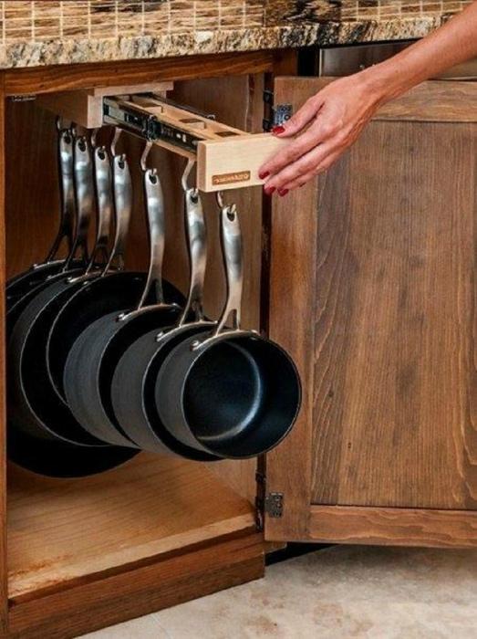 Небольшая выдвижная вешалка для кастрюль и сковородок.