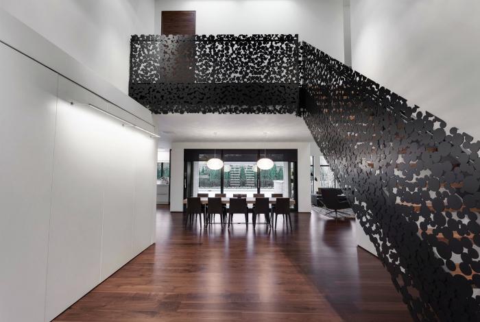 Классическая лестница с резными перилами.