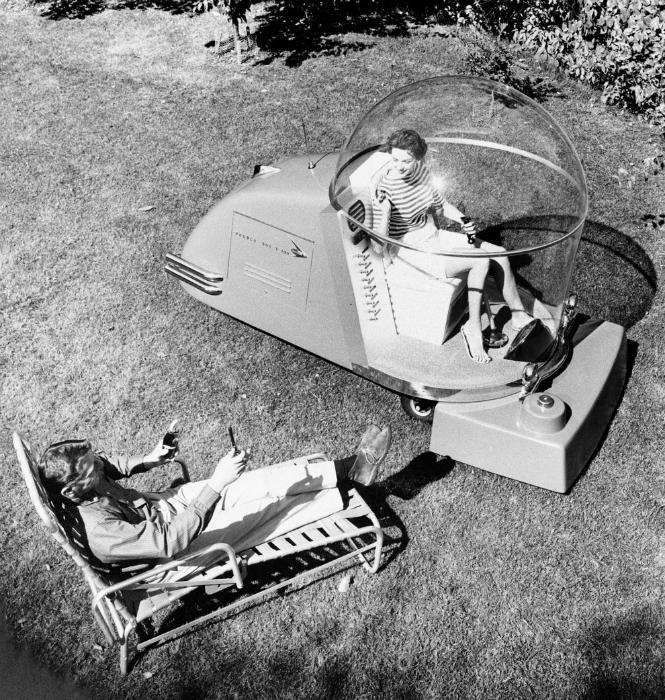 Уникальная газонокосилка, оборудованная мягким креслом, фарами, радио, телевидением и системой подачи воздуха. 1957 год.