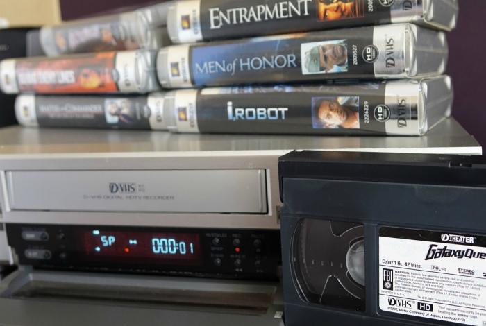 DVD-плеер и видеокассеты. | Фото: mobile-review.com.