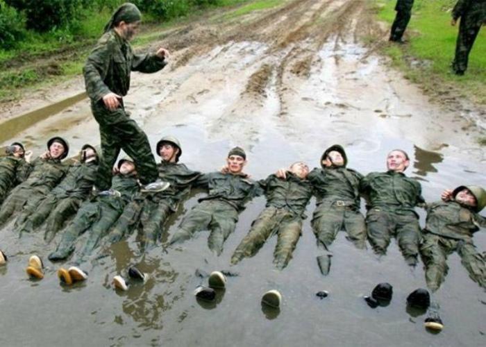 В нашей армии не ходят по головам, но ходят по животам! | Фото: Приколы - online.ua.