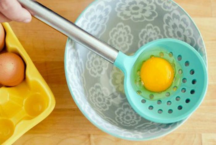 Разделение желтков и белков. | Фото: Idei.BG.