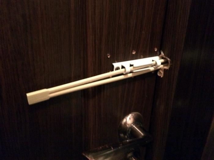 Задвижка в туалетной кабинке. | Фото: Moreshout.xyz.