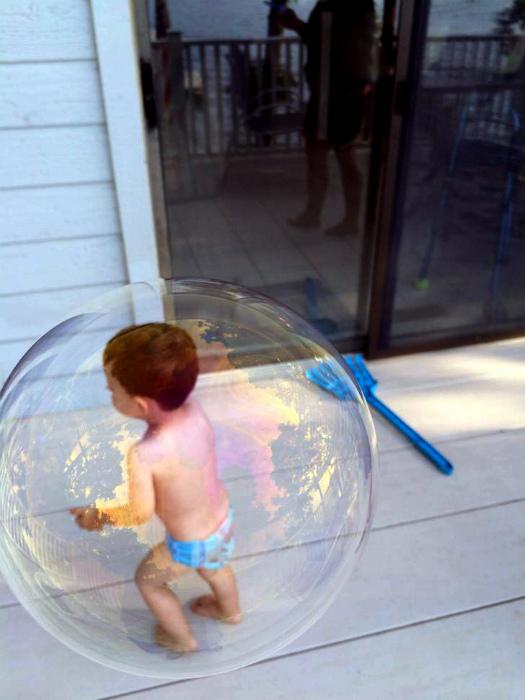 Малыш в пузырике. | Фото: Imgur.
