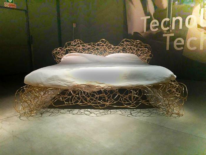 Фантастическая двуспальная кровать.