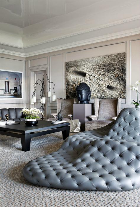 Оригинальный дизайнерский диван серого цвета.
