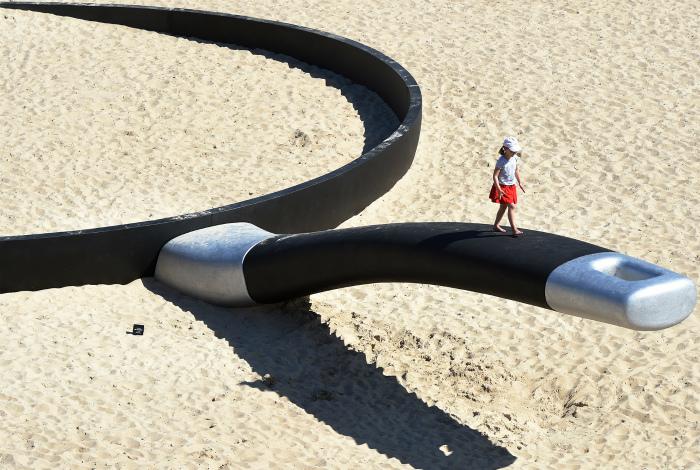 Забавная скульптура на пляже.