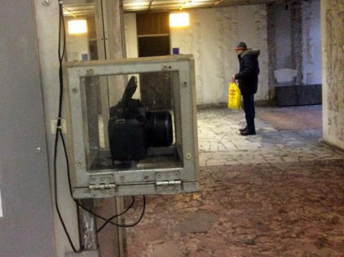 Зеркальная камера за стеклом.