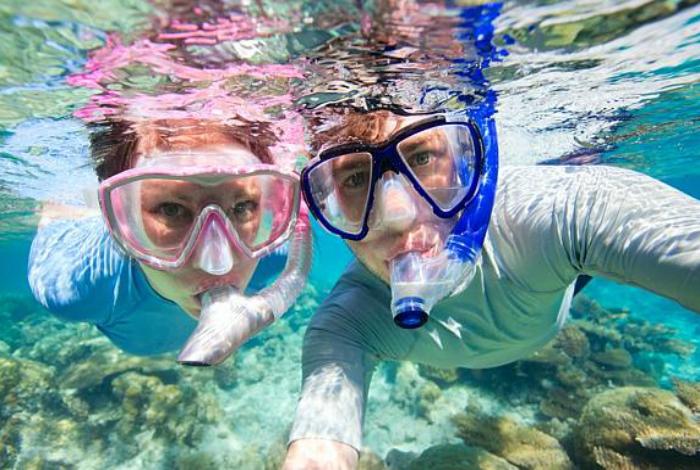 Подводное селфи двух аквалангистов.