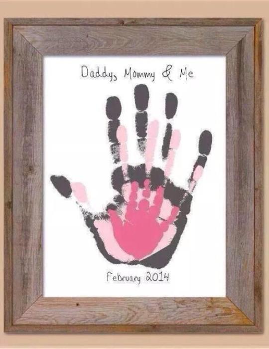 Отпечатки ладошек всех членов семьи в красивой рамке.