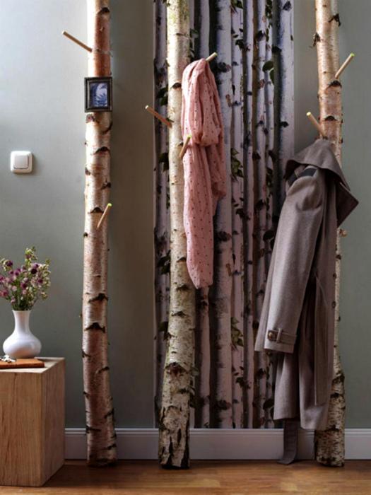 Вешалки из стволов деревьев.