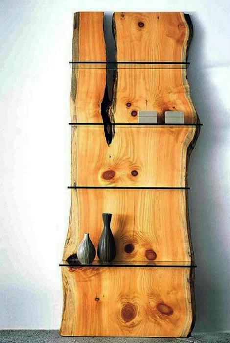 Стеллаж из грубой древесины.