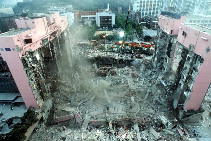9 июля 1995 года, в результате грубых нарушений строительных норм, обрушилось одно из самых крупных зданий Южной Кореи - торговый центр «Sampoong». Под обломками здания погибло 502 человека, 937 – получили ранения и тяжелые увечья.