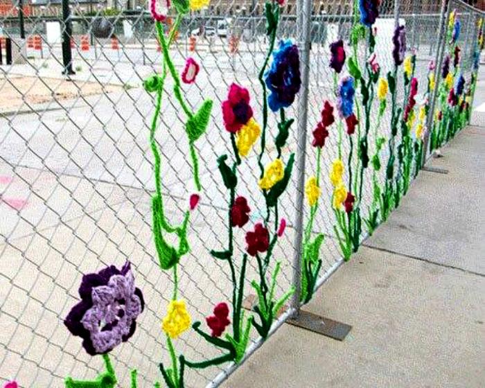Забор с вышитыми цветами. | Фото: Pinterest.