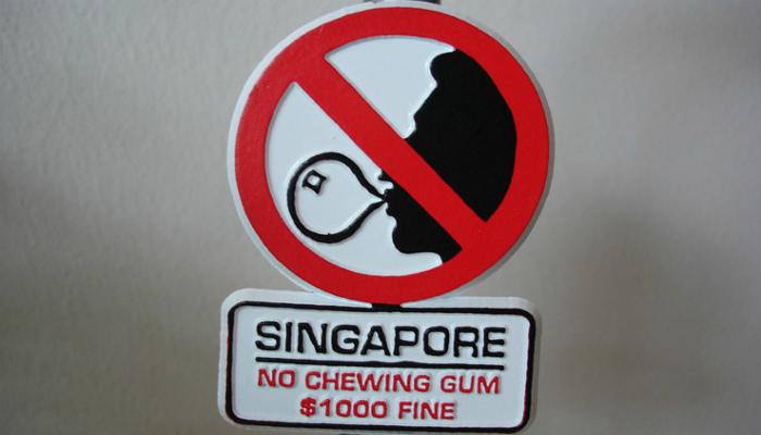 В Сингапуре запрещено жевать жвачку. | Фото: Tourweek.