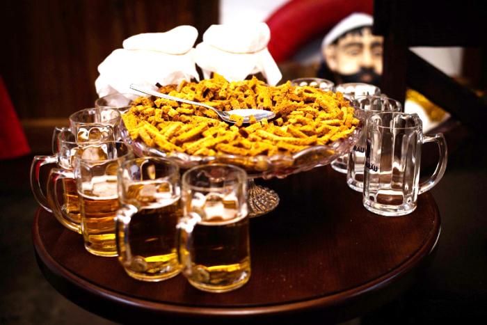 Из напитков - только пиво. Приготовьте холодные и горячие закуски, придумайте веселые конкурсы.