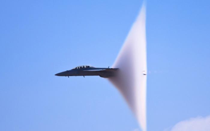 Самолет проходит звуковой барьер.