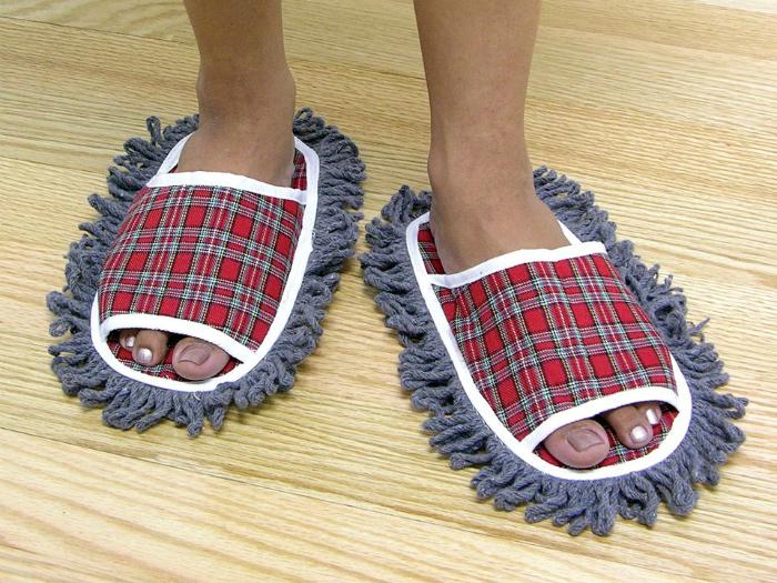Не нужно ползать по полу  тряпкой, просто прогуливайтесь по квартире в тапочках с мягкими губками.