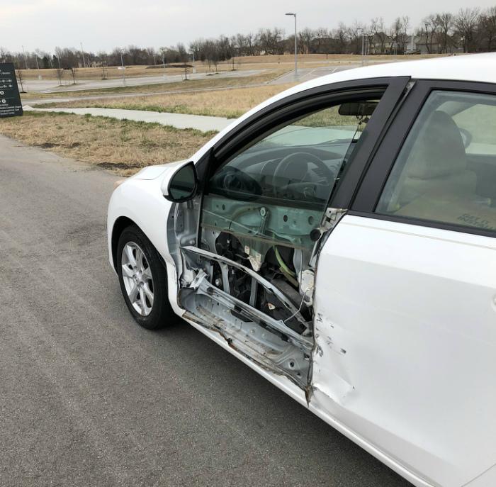 Поцарапал машину.