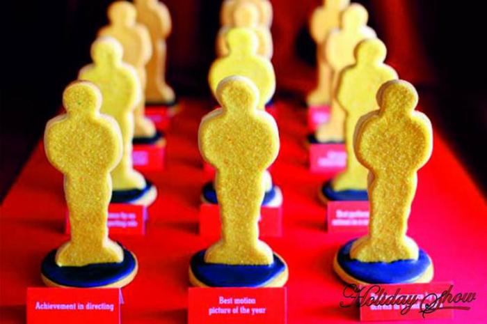 Предложите друзьям примерить на себя образ знаменитостей с красной дорожки. Придумайте забавные номинации для гостей и награждайте их оригинальным печеньем.