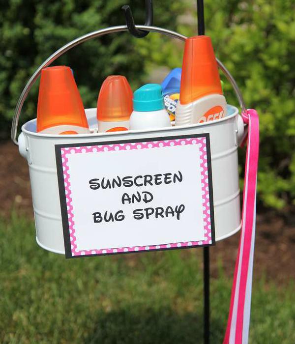 Поставьте на входе корзинку с солнцезащитным кремом и спреями от насекомых.