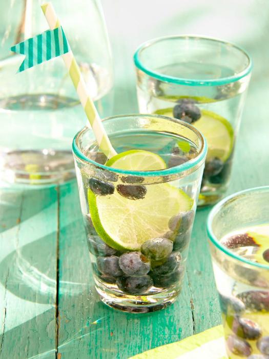Используйте замороженные фрукты помимо льда. Они остудят и украсят коктейли.