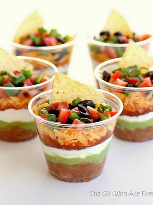 В пластиковых стаканчиках смешайте соус, чипсы и сыр.