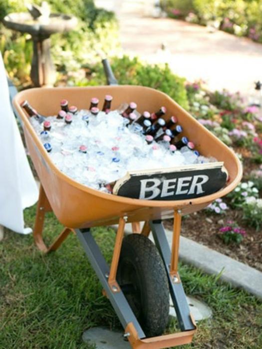 Оборудуйте специальное место со льдом, где будут стоять напитки.