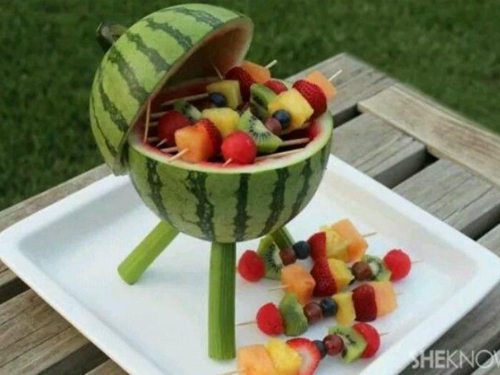 Приготовьте канапе из фруктов. Это выглядит красиво и аппетитно. При желании их можно слегка поджарить на гриле.