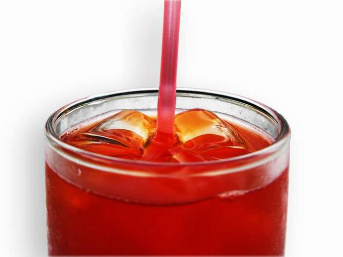 Сделайте лед из красного вина и добавляйте его в напитки.