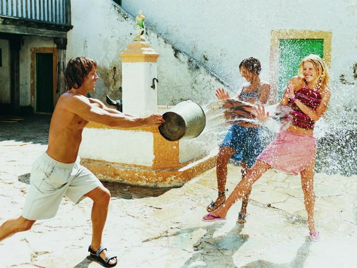 Спасаясь от жары, используйте самодельную поливалку, водные пистолеты или шланг. Это прекрасная забава как для взрослых, так и для детей.