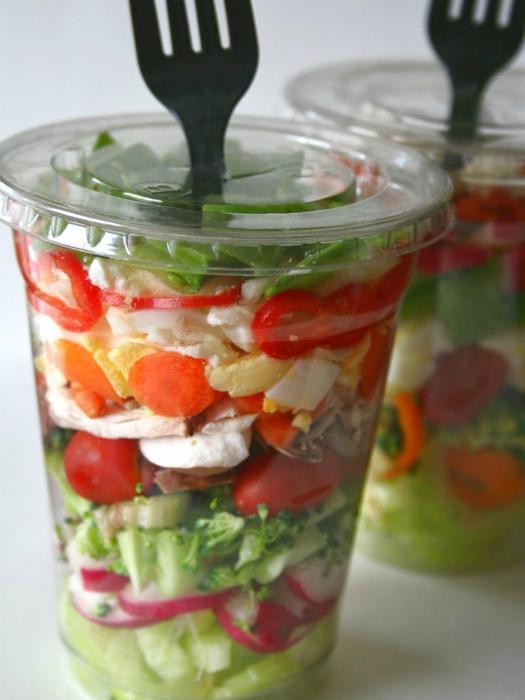 Нарежьте овощи и зелень и разложите их в большие, одноразовые стаканы.