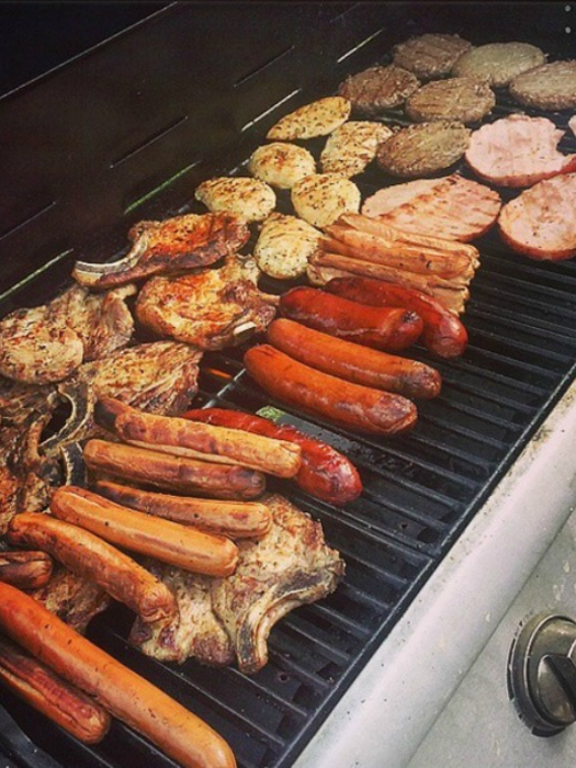 Готовьте мясо, сосиски и бекон на гриле во дворе.