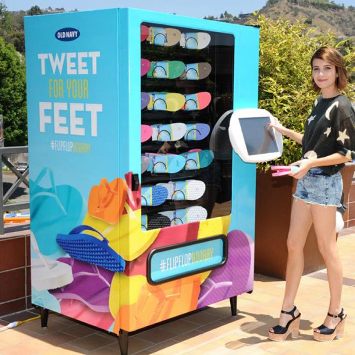 Сеть американских обувных магазинов Old Navy создала необычный торговый аппарат, который предлагает своим пользователям обувь для пляжа. Чтобы получить одну пару необходим, оставить в своем микроблоге Twitter сообщение с хэштегом и адресом местонахождения устройства.