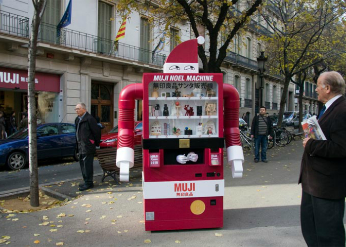 Этот необычный торговый автомат под названием - Muji Christmas Machine каждое Рождество появляется на главной улице Барселоны. Продавец, скрывается внутри роботизированного торгового аппарата, который своим внешним видом напоминающего Санту. Устройство предлагает жителям города приобрести праздничные сувениры.