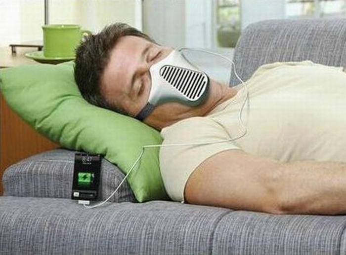 Необычное зарядное устройство в виде маски.