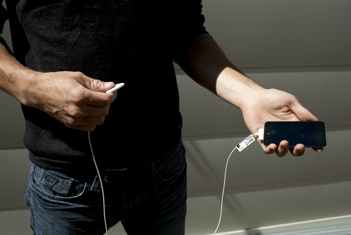 Многофункциональный медиатор для гитары, созданный для смартфона Apple Iphone.