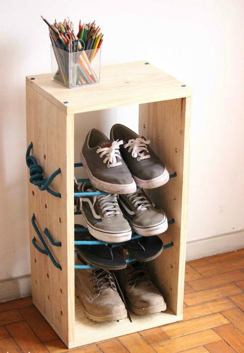 Универсальный и компактный предмет мебели, который занимает небольшую площадь в помещении, но при этом обеспечивает полезное вертикальное пространство для хранения различных вещей.