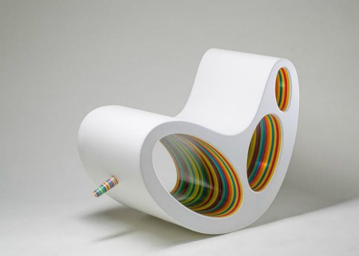В двадцать первом веке дизайнеры всё более и более творчески смотрят на традиционные вещи. Кресло-качалка Алекса Петунина выполнено в белой и радужной палитрах.