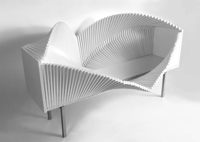 Wave – это скульптурный и оригинальный предмет мебели. Он сделан из тонких полосок лакированной березы, также в конструкции используется сталь и стекло. Каждая полоска тщательно закреплена так, что ее движение очень податливо и позволяет перемещать полоски по своему желанию.