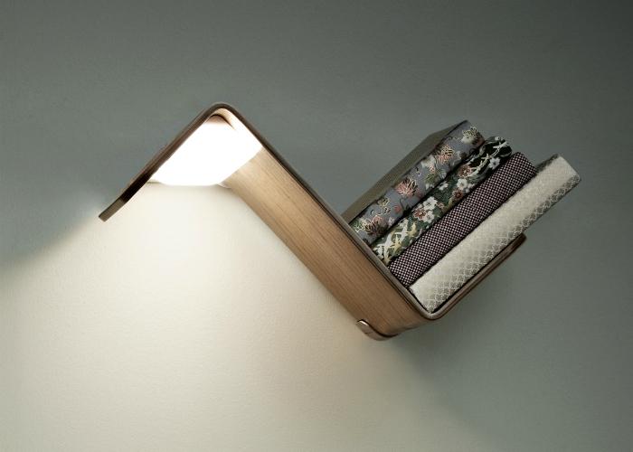 Разработанная голландской студией Smeets Design, эта полка может использоваться в качестве лампы, закладки для книг и местом для хранения некоторых  книг. Лампа загорается автоматически, стоит только взять с полки книгу для чтения.