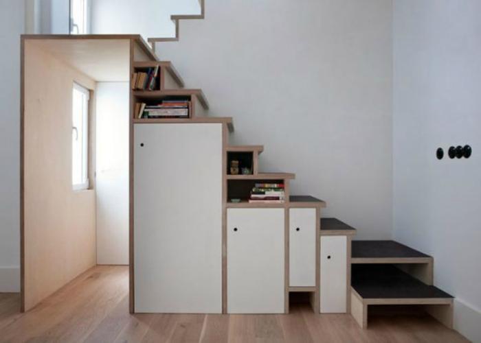 Архитекторы Буй Ранель Гарсиа и Педро Колон де Карвахаль Салис встроили в лестницу шкафы и полки для хранения вещей, когда делали реконструкцию жилого интерьера в центре Мадрида.