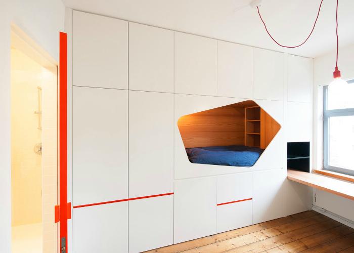 Бельгийские архитекторы из Van Staeyen Interior Architects создали необычное места для отдыха. Используя каждый сантиметр пространства в небольшой двухкомнатной квартире в Антверпене, дизайнеры приняли решение интегрировать спальное место в стену.