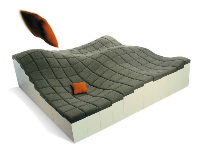 Созданный без подлокотников и спинки, диван имеет мягкую волнистую поверхность, благодаря которой естественным образом огибает формы человеческого тела. Небольшие мягкие выпуклости делают его очень уютным, обеспечивая необходимую поддержку талии, бедер и головы.