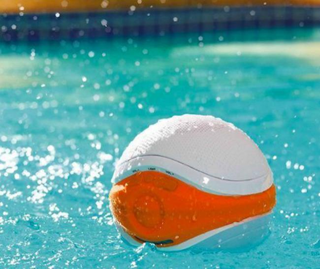 iSplash Floating Pool Speaker — музыкальный шарик, который защищен от воды и может плавать. Его можно взять в бассейн, а в холодное время года — в ванну. Колонка выдержит купание любой продолжительности и будет радовать любимой музыкой.